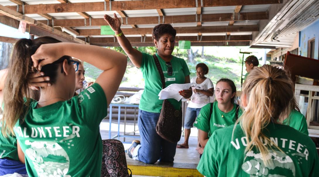 Personal local en Fiyi dirigiendo un taller en nuestro voluntariado para enseñar inglés.